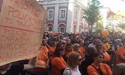 Poznańscy nauczyciele pod Urzędem Miasta – relacja z manifestacji